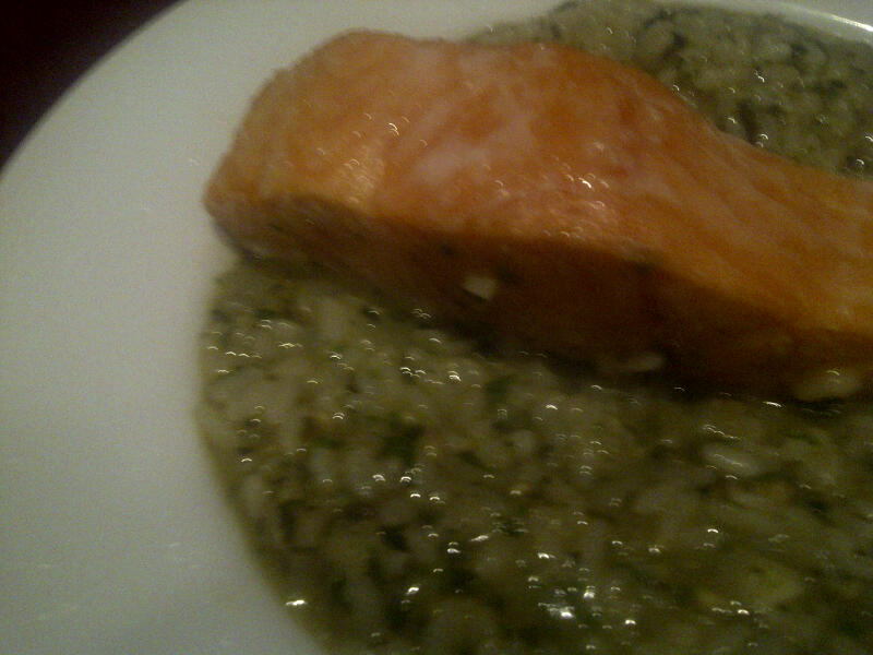 Pesto risotto with baked salmon