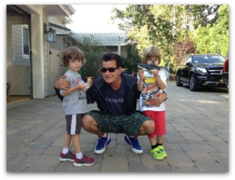 Charlie-Sheen-bashes-Mueller-family-while-posing-with-twins