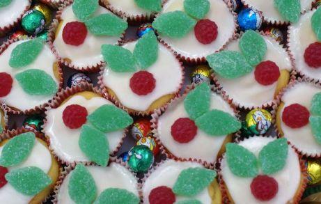 christmas-holly-cupcakes