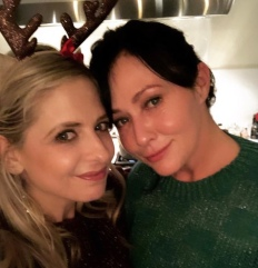"""Sarah Michelle Gellar: """"Christmas Eves Eve, with this amazing friend, looking at old pics and trying to remember how long we have known each each (the answer...forever)."""""""