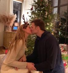 """Gisele: """"Wishing you all a Christmas filled with love ❤ Desejo a todos um Natal cheio de amor!"""""""