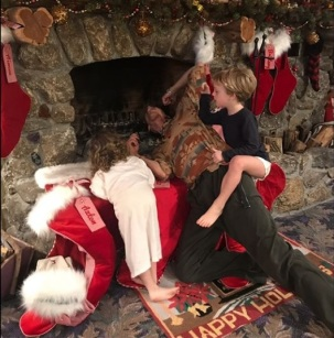 """Liv Tyler: """"Papa Steven making sure all is clear for Santa"""""""